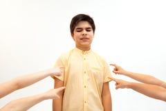 Weinig jongen die zich alleen en aan een handeling van intimidatie bevinden lijden royalty-vrije stock foto's