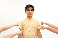 Weinig jongen die zich alleen en aan een handeling van intimidatie bevinden lijden stock afbeeldingen