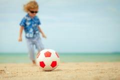 Weinig jongen die zich op het strand bevinden Royalty-vrije Stock Afbeelding