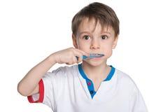 Weinig jongen die zijn tanden borstelt Stock Foto