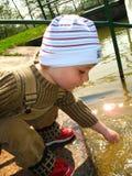 Weinig jongen door de rivier Royalty-vrije Stock Foto's
