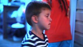 Weinig jongen is droevig stock video
