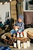 Weinig jongen in een Nieuwjaar` s decor, baby en Kerstmis 1 Royalty-vrije Stock Foto