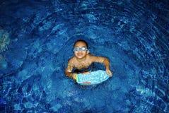 Weinig jongen in een pool royalty-vrije stock afbeeldingen