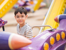 Weinig jongen in een pretpark royalty-vrije stock afbeelding