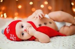 Weinig jongen in een rode hoed Royalty-vrije Stock Afbeeldingen