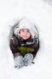 Weinig jongen in een sneeuwfort Stock Afbeelding