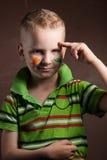 Weinig jongen is een ventilator van Ierland, Stock Foto's