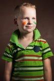 Weinig jongen is een ventilator van Ierland, Stock Foto