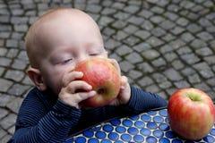 Weinig jongen en appelen stock afbeelding