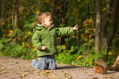 Weinig jongen en eekhoorn stock afbeelding