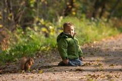 Weinig jongen en eekhoorn Royalty-vrije Stock Foto's