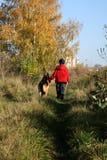 Weinig jongen en grote hond (Duitse herder) Stock Afbeelding