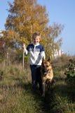 Weinig jongen en grote hond (Duitse herder) Royalty-vrije Stock Afbeeldingen
