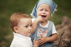 Weinig jongen en schreeuwend meisje stock fotografie