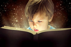 Weinig jongen en magisch boek Stock Foto's