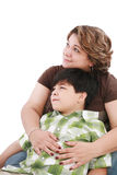 Weinig jongen en mamma die iets het interesseren kijken Royalty-vrije Stock Foto