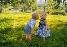 Weinig jongen en meisje Stock Foto's
