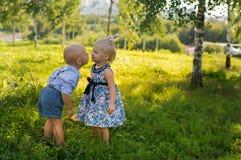 Weinig jongen en meisje Stock Afbeeldingen