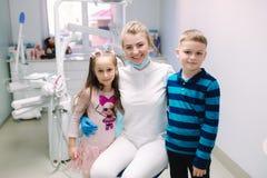 Weinig jongen en meisje met tandarts in kliniek Gelukkige kinderen royalty-vrije stock fotografie