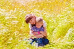 Weinig jongen en meisje op het de zomergebied met bloemen Royalty-vrije Stock Fotografie