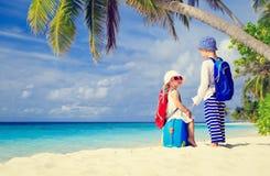Weinig jongen en meisje reizen op tropische de zomer Stock Foto's