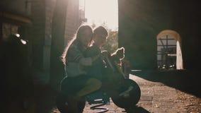 Weinig jongen en meisje samen op de ruiter van de paardlente Leuke Europese jonge geitjes die pret op de zomerspeelplaats hebben  stock video