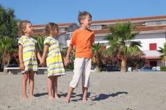 Weinig jongen en meisjes die zich op strand bevinden stock foto