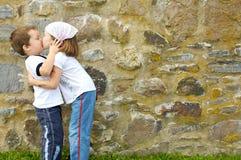 Het kussen van de jongen en van het meisje Royalty-vrije Stock Afbeeldingen