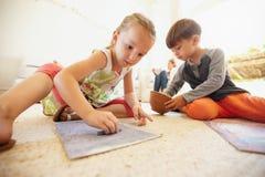 Weinig jongen en meisjes kleurende beelden Stock Foto