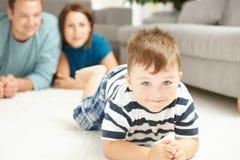 Weinig jongen en ouders stock foto's