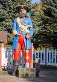 Weinig jongen en reuze legged piraat Royalty-vrije Stock Foto