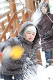 Weinig jongen en sneeuw Stock Foto's