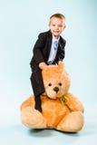 Weinig jongen en teddybeer Stock Foto's