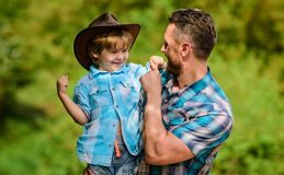 Weinig jongen en vader op aardachtergrond Geest van avonturen Sterk als vader Macht die vader zijn Kind die hebben royalty-vrije stock afbeelding