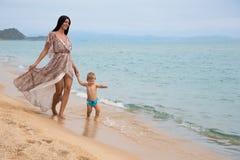 Weinig jongen en zijn moeder bij het overzees Royalty-vrije Stock Foto
