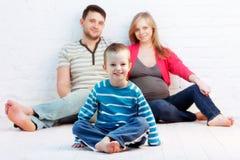 Weinig jongen en zijn ouders stock afbeelding
