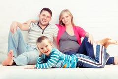 Weinig jongen en zijn ouders het rusten royalty-vrije stock afbeelding