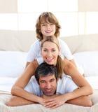 Weinig jongen en zijn ouders het spelen stock foto's
