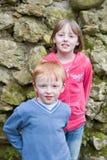 Weinig jongen en zijn zuster Stock Foto