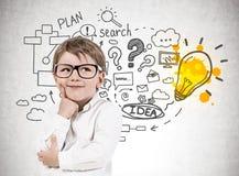 Weinig jongen in glazen, businessplan stock foto's