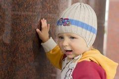Weinig jongen glimlacht en gelukkig stock foto's