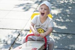Weinig jongen heeft ventilator met schommeling Stock Afbeeldingen