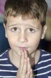 Weinig jongen het bidden Stock Foto