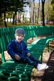 Weinig jongen in het de herfstpark royalty-vrije stock afbeelding