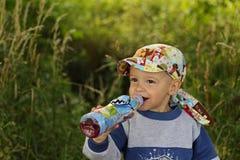 Weinig jongen het drinken Stock Fotografie