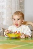 Weinig jongen het eten Stock Fotografie