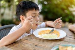 Weinig jongen het eten Stock Foto's