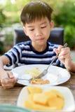 Weinig jongen het eten Royalty-vrije Stock Fotografie