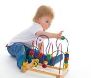 Weinig jongen in het klaslokaal bij Montessori-milieu. Royalty-vrije Stock Afbeelding